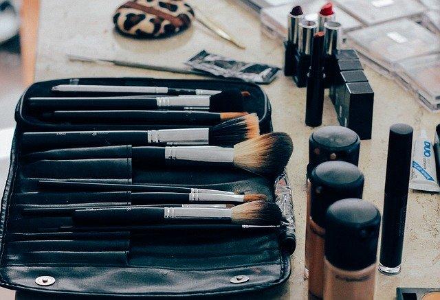 7  מוצרי איפור שכל אישה חייבת בתיק האיפור שלה