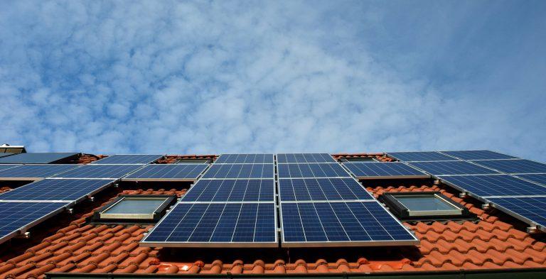 האם כדאי להתקין פאנלים סולאריים על הגג הפרטי?